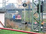 eisenbahn-bau--a-betriebsgesellschaft-pressnitztalbahn-press/587555/204-425-203-230-und-204 204 425 (203 230) und 204 036 (202 586) mit einen Bauzug im Bahnhof Delitzsch am 13.11.17
