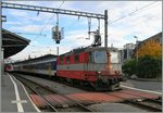 Eine Swiss-Express Re 4/4 II mit eienem RE in Lausanne.