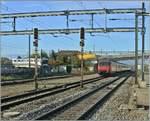 Re 460/586355/eine-sbb-re-460-erreciht-mit Eine SBB Re 460 erreciht mit eienm IR Renens währnd links im Bild ein Bem 550 der TSOL bzw. m12 wegfährt. 27. Okt. 2017
